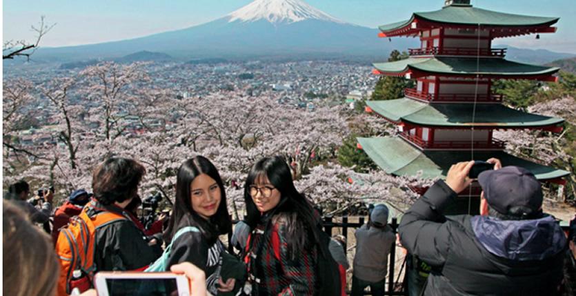 &nbspQuintessentially Japanese scene near Fuji draws tourist hordes